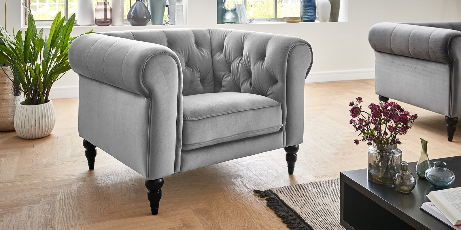 Moebella24 - 1-Sitzer - Sessel - Sofa - Hudson - Chesterfield - Samt - Grau - Dekorative - Nähte - und - Versteppungen - Knopfheftung - Barock-Design - Füße