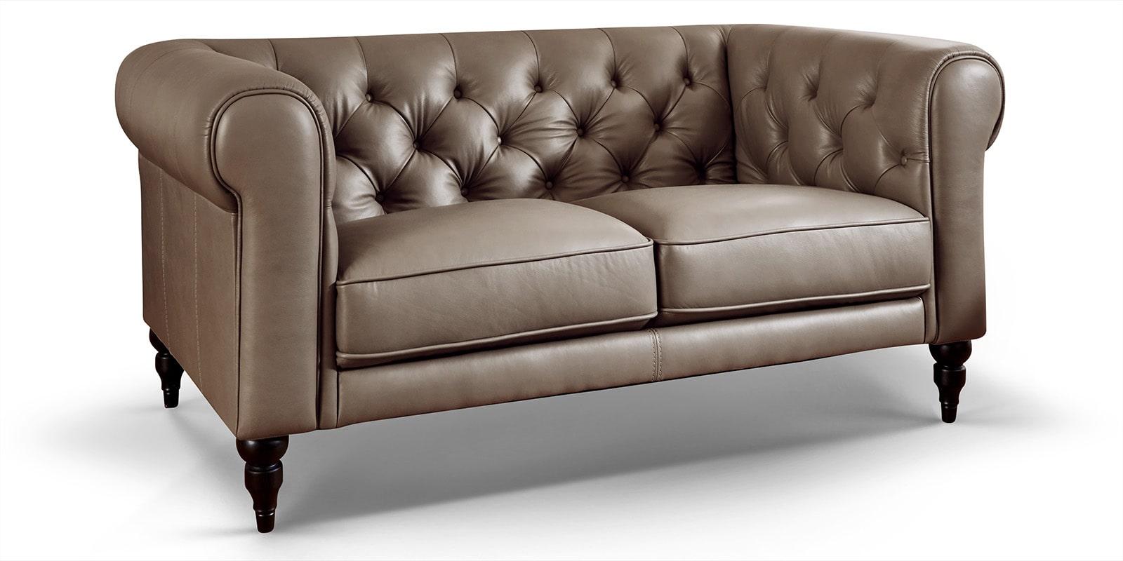 Moebella24 - 2-Sitzer - Sofa - Hudson - Chesterfield - Leder - Taupe - Dekorative - Nähte - und - Versteppungen - Barock-Design - Füße - Detailaufnahme
