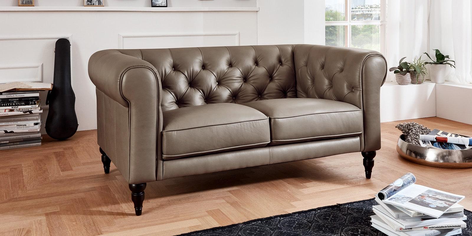 Moebella24 - 2-Sitzer - Sofa - Hudson - Chesterfield - Leder - Taupe - Dekorative - Nähte - und - Versteppungen - Barock-Design - Füße