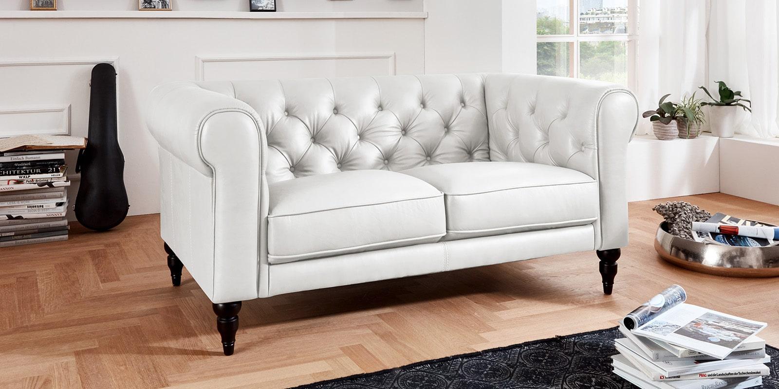 Moebella24 - 2-Sitzer - Sofa - Hudson - Chesterfield - Leder - Weiß - Dekorative - Nähte - und - Versteppungen - Barock-Design - Füße