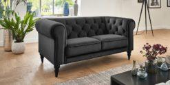 Moebella24 - 2-Sitzer - Sofa - Hudson - Chesterfield - Samt - Anthrazit - Dekorative - Nähte - und - Versteppungen - Knopfheftung - Barock-Design - Füße