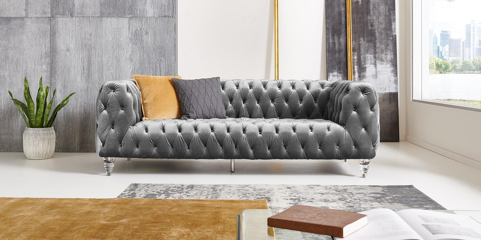 Moebella24 - Chesterfield - Sofa - Kristall - 3-Sitzer - Samt - Grau - Acryl - Füße - Knopfheftungen - Frontal