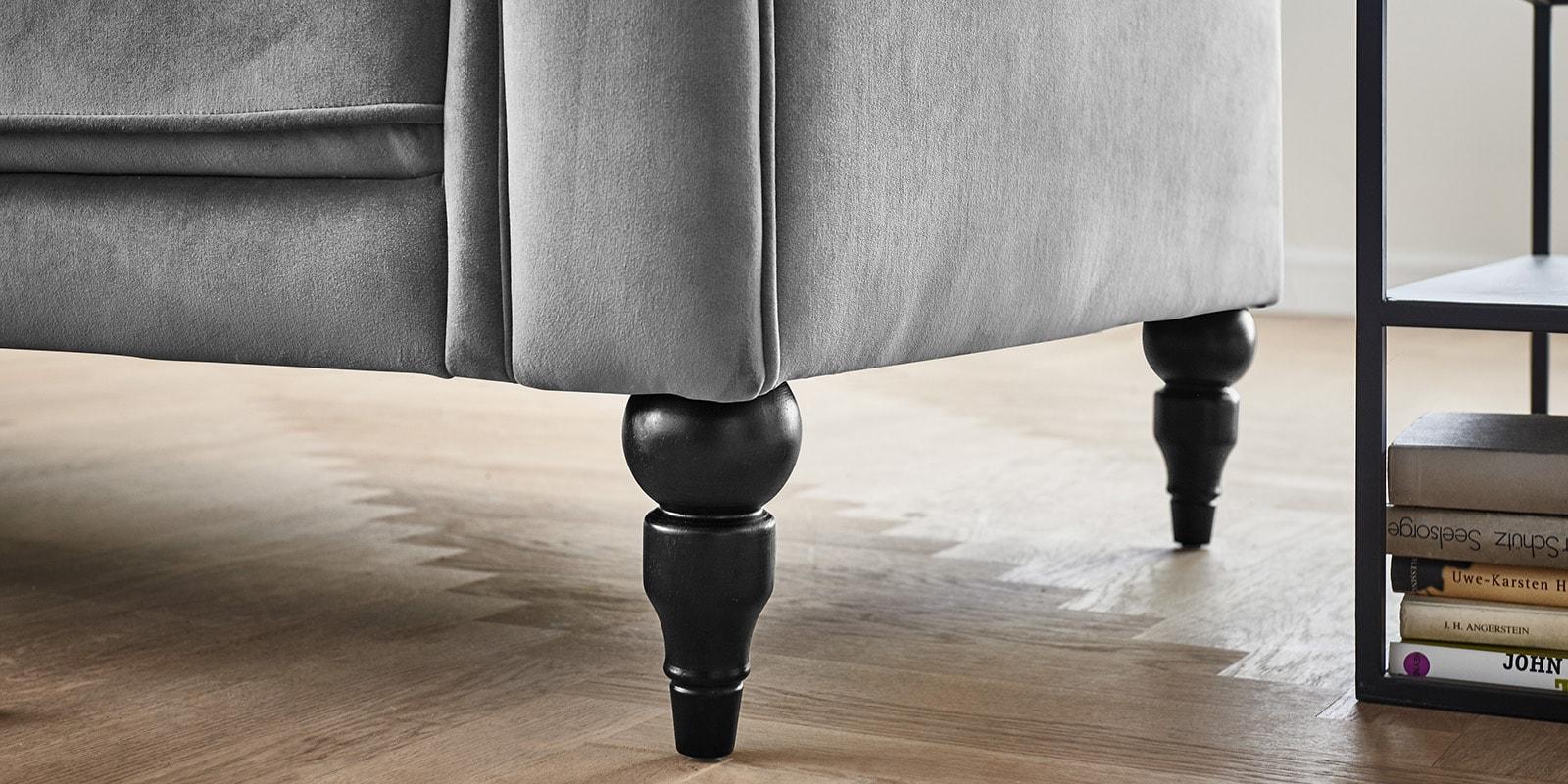 Moebella24 - 3-2-1-Sitzer - Sofa - Hudson - Chesterfield - Samt - Grau - Dekorative - Nähte - und - Versteppungen - Knopfheftung - Barock-Design - Füße - Detailaufnahme