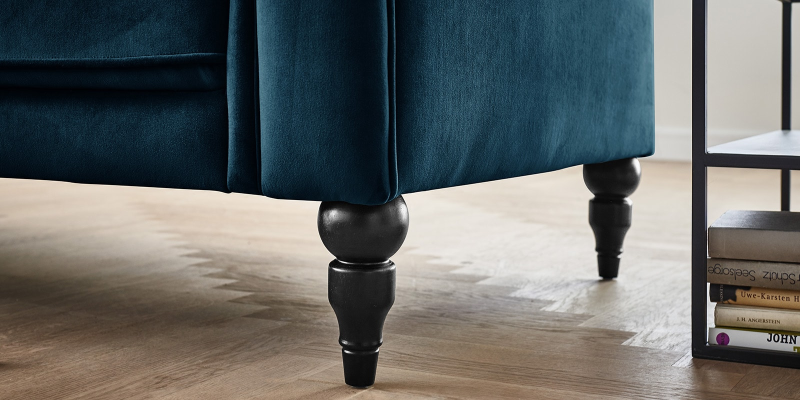 Moebella24 - 3-2-1-Sitzer - Sofa - Hudson - Chesterfield - Samt - Türkis - Dekorative - Nähte - und - Versteppungen - Knopfheftung - Barock-Design - Füße - Detailaufnahme