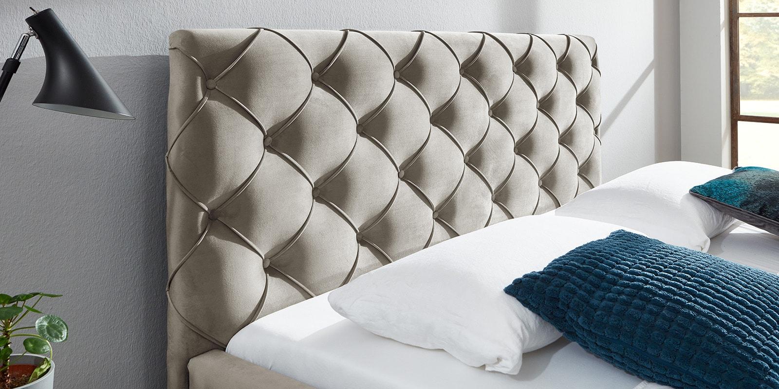 Moebella24 - Bett - mit - Bettkasten - Nelly - Samt - Altweiß- Kopfteil - mit - Knopfheftung - Detailaufnahme