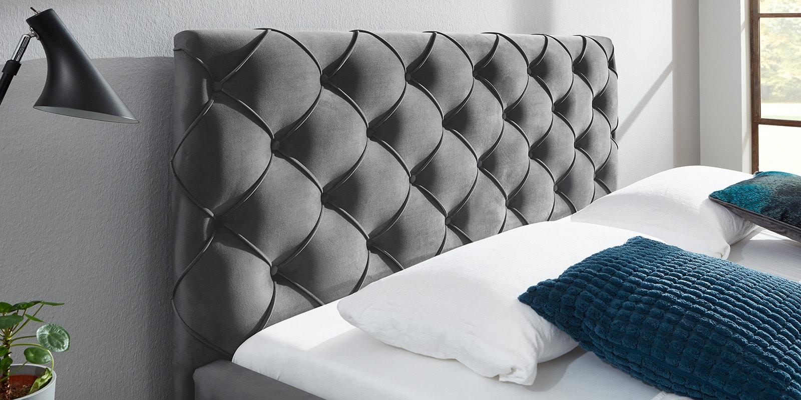Moebella24 - Bett - mit - Bettkasten - Nelly - Samt - Grau- Kopfteil - mit - Knopfheftung - Detailaufnahme