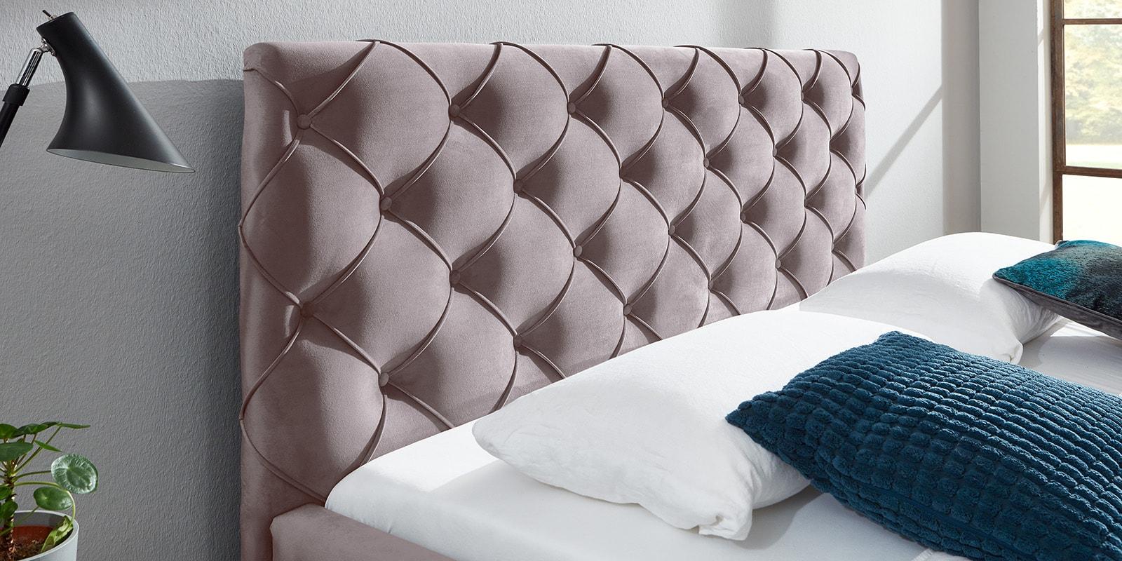 Moebella24 - Bett - mit - Bettkasten - Nelly - Samt - Rose - Kopfteil - mit - Knopfheftung - Detailaufnahme