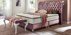 Moebella24 - Boxspringbett Montana - Bett Kopfteil Barock - Samt rose glänzend von vorne rechts - Hotelbett