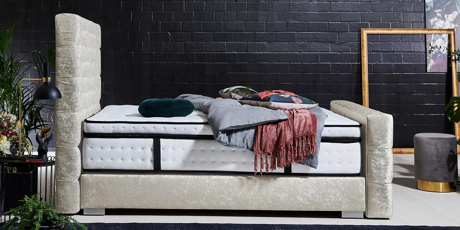 Moebella24 - Boxspringbett Manchester - Chesterfield-Stil - Barock-Stil - Samt glänzend beige von der Seite