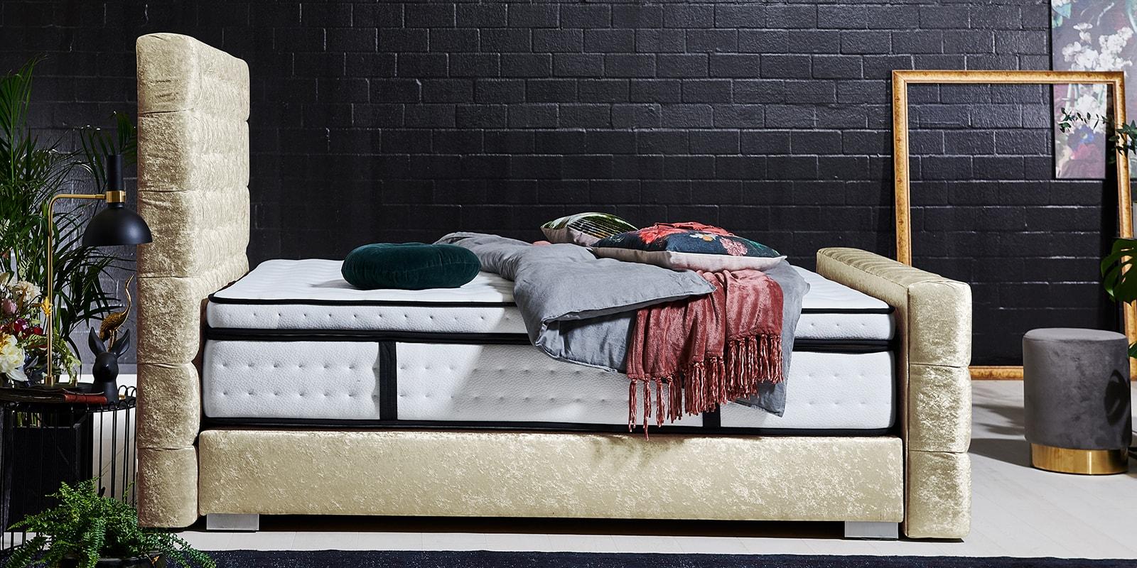 Moebella24 - Boxspringbett Manchester - Chesterfield-Stil - Barock-Stil - Samt glänzend gold von der Seite