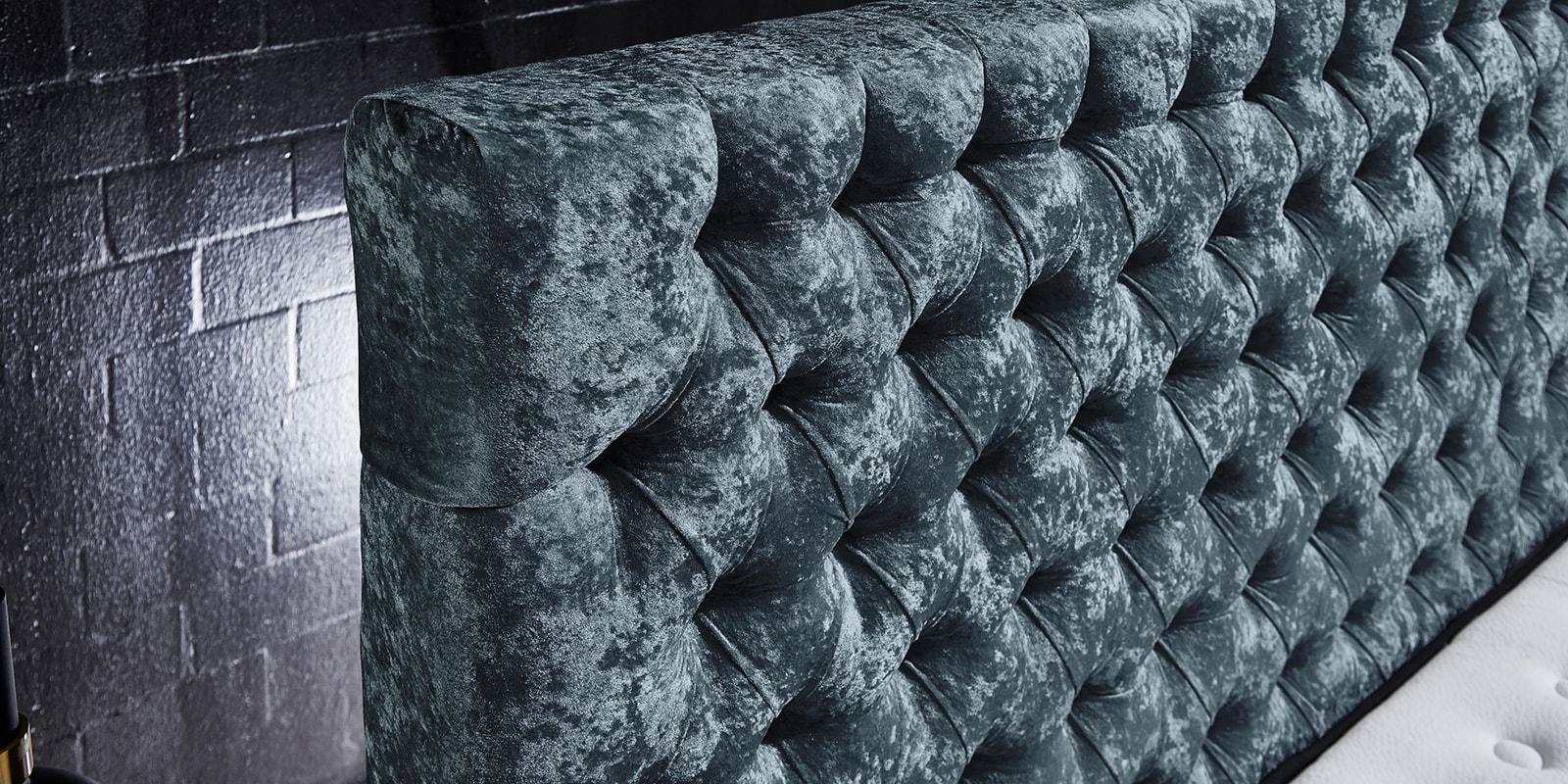 Moebella24 - Boxspringbett Manchester - Kopfteil mit Knopfheftung - Chesterfield-Stil - Barock-Stil - Samt glänzend petrol Kopfteil von der Seite