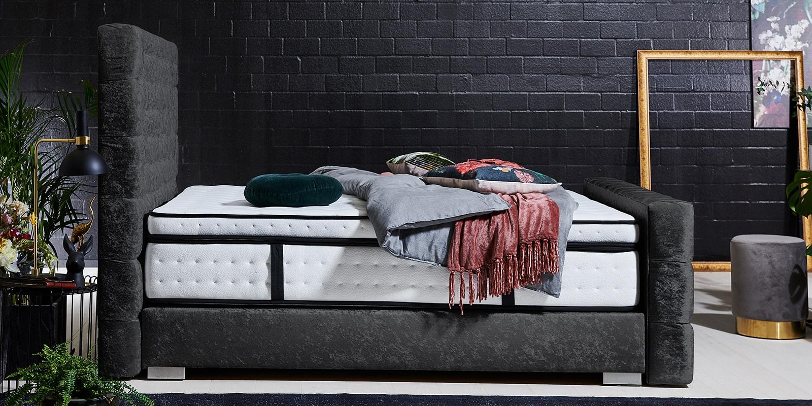Moebella24 - Boxspringbett Manchester - Chesterfield-Stil - Barock-Stil - Samt glänzend schwarz von der Seite