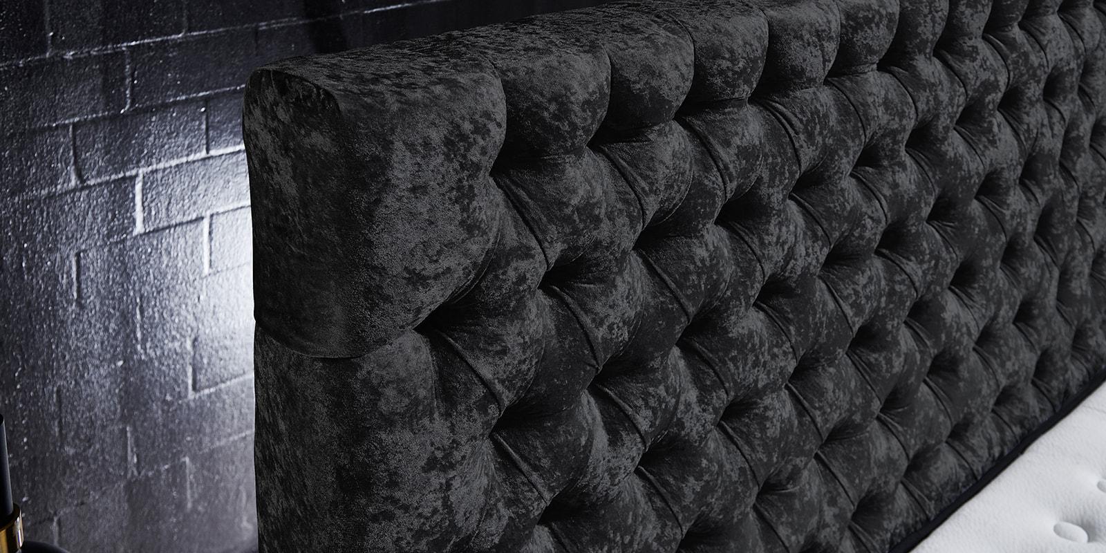 Moebella24 - Boxspringbett Manchester - Kopfteil mit Knopfheftung - Chesterfield-Stil - Barock-Stil - Samt glänzend schwarz Kopfteil von der Seite
