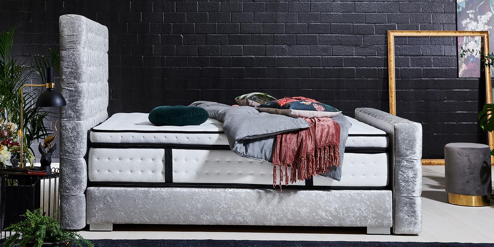 Moebella24 - Boxspringbett Manchester - Chesterfield-Stil - Barock-Stil - Samt glänzend silber von der Seite