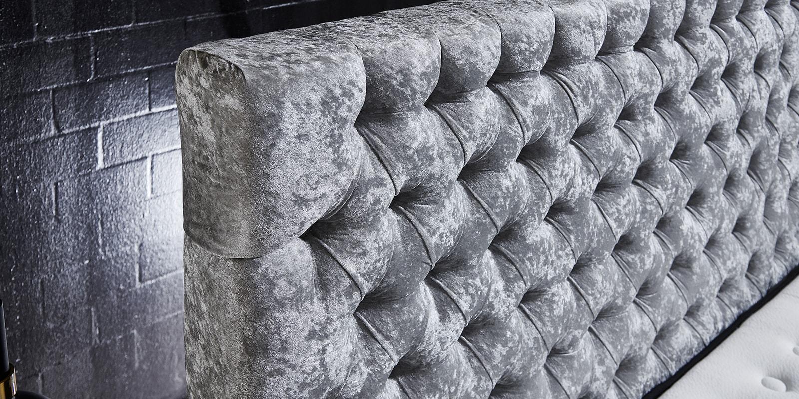 Moebella24 - Boxspringbett Manchester - Kopfteil mit Knopfheftung - Chesterfield-Stil - Barock-Stil - Samt glänzend silber Kopfteil von der Seite