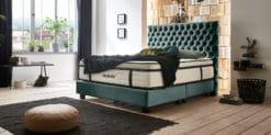 Moebella24 - Boxspringbett Roma - Chesterfield Stil mit Knopfheftung - XXL-Matratze - Velour smaragd - Milieu Bild