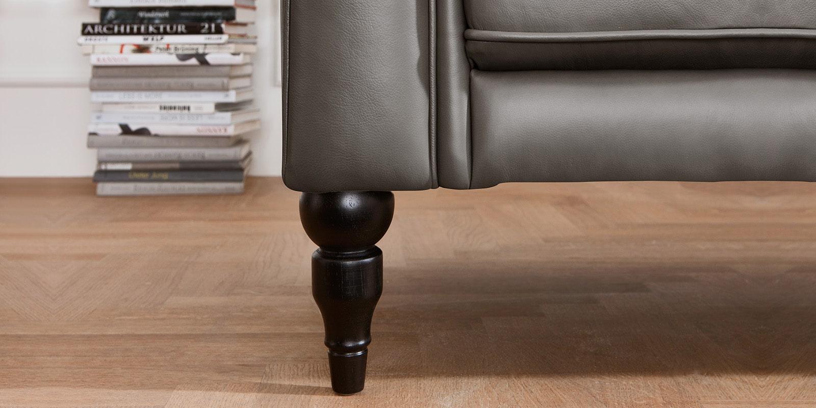 Moebella24 - 3-2-1-Sitzer - Sofa - Hudson - Chesterfield - Leder - Grau - Dekorative - Nähte - und - Versteppungen - Barock-Design - Füße - Detailaufnahme