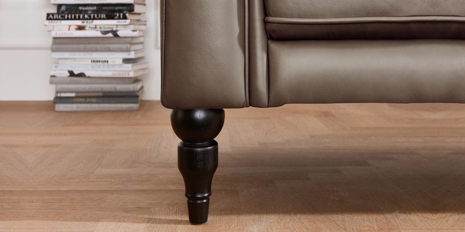 Moebella24 - 3-2-1-Sitzer - Sofa - Hudson - Chesterfield - Leder - Taupe - Dekorative - Nähte - und - Versteppungen - Barock-Design - Füße - Detailaufnahme