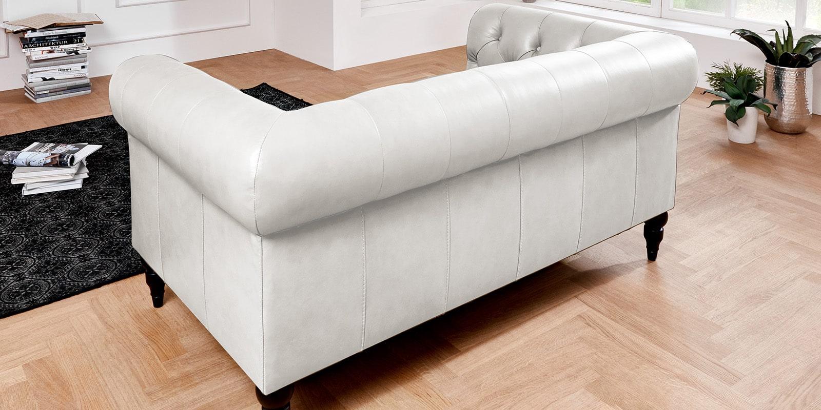 Moebella24 - 3-2-1-Sitzer - Sofa - Hudson - Chesterfield - Leder - Weiß - Dekorative - Nähte - und - Versteppungen - Barock-Design - Füße - Detailaufnahme
