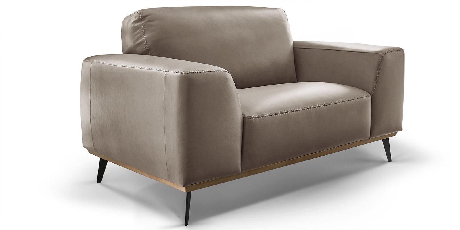 Moebella24 - 1,5-Sitzer - Sessel - Sofa - Barcelona - Leder - Taupe - Skandinavisches - Design - Punto - cavallo - Nähte - Elegante - Füße - Detailaufnahme