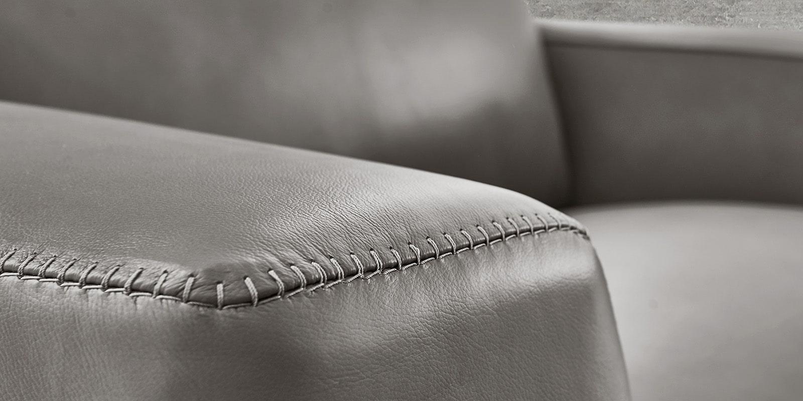 Moebella24 - 1,5-Sitzer - Sessel - Sofa - Barcelona - Leder - Grau - Skandinavisches - Design - Punto - cavallo - Nähte - Detailaufnahme