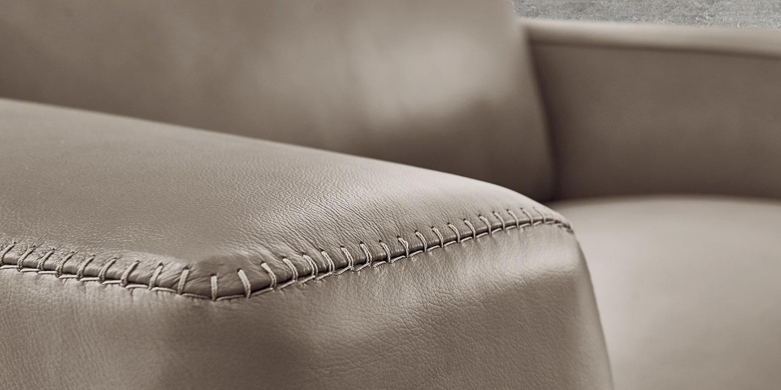 Moebella24 - 1,5-Sitzer - Sessel - Sofa - Barcelona - Leder - Taupe - Skandinavisches - Design - Punto - cavallo - Nähte - Detailaufnahme