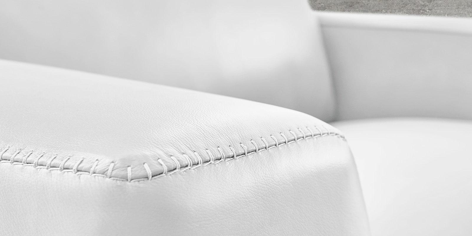 Moebella24 - 1,5-Sitzer - Sessel - Sofa - Barcelona - Leder - Weiß - Skandinavisches - Design - Punto - cavallo - Nähte - Detailaufnahme