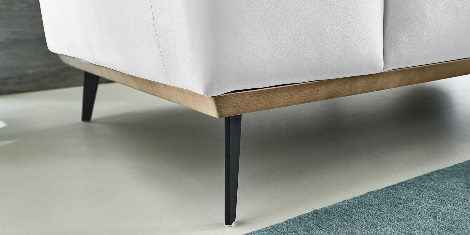 Moebella24 - 1,5-Sitzer - Sessel - Sofa - Barcelona - Leder - Weiß - Skandinavisches - Design - Punto - cavallo - Nähte - Elegante - Füße - Detailaufnahme