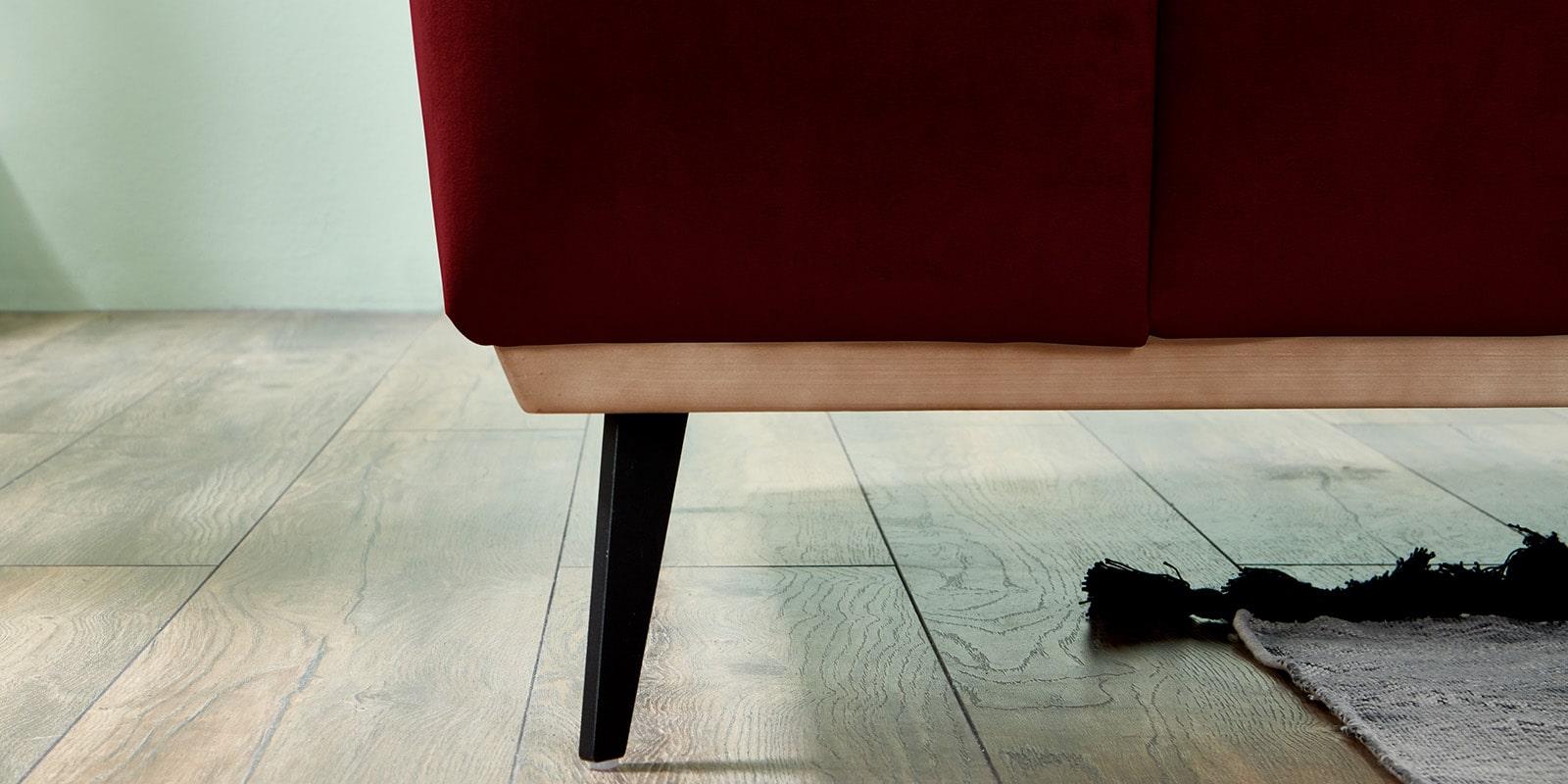 Moebella24 - Ecksofa - mit - Ottomane -Barcelona - Samt - Rot - Skandinavisches - Punto - cavallo - Nähte - Elegante - Füße - Detailaufnahme